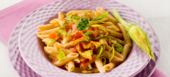pasta con zucchine fiori e pomodori freschi