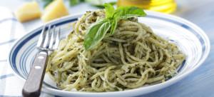 Spaghetti con pesto salsa e menta