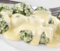 Gnocchi di ricotta e spinaci con salsa di formaggio
