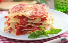 Lasagne di verdure con peperoni, pomodori e zucchine