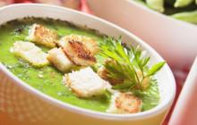 Minestra  di verdure con piselli e crostini