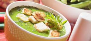 minestra verde di verdure di piselli con crostini