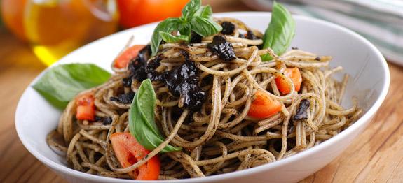Spaghetti al patè di olive nere e pomodorini