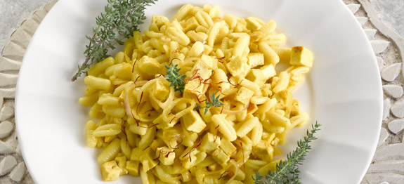Pasta malloreddus con cipolle, mozzarella e zafferano